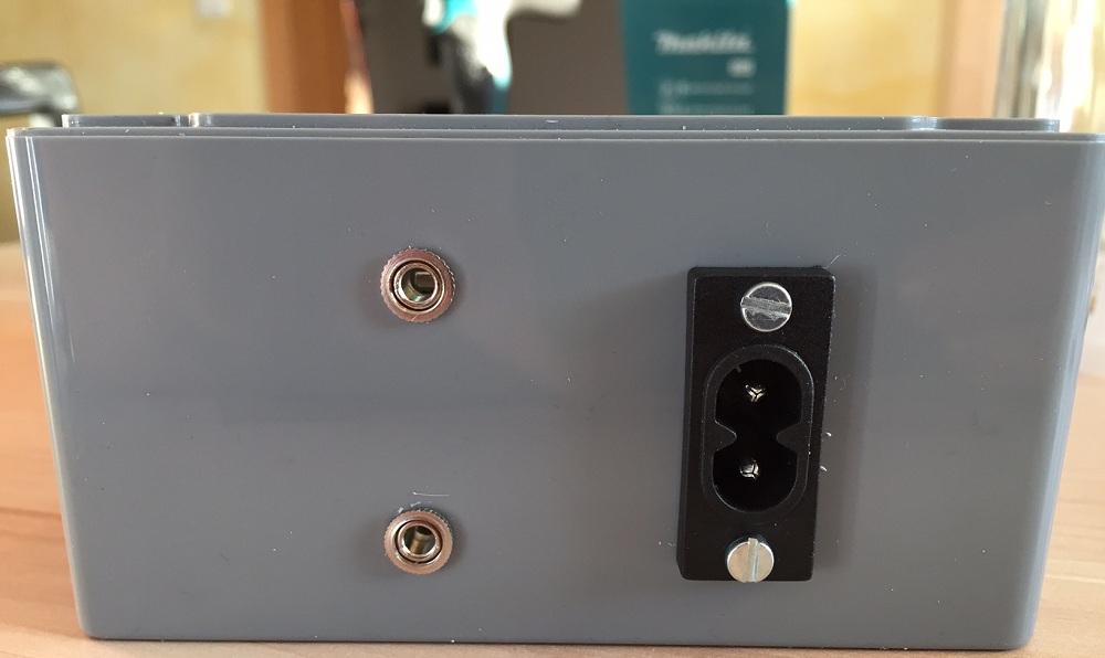 Montierte Buchsen (2x 3,5mm Mono-Klinke + Netzkabel)