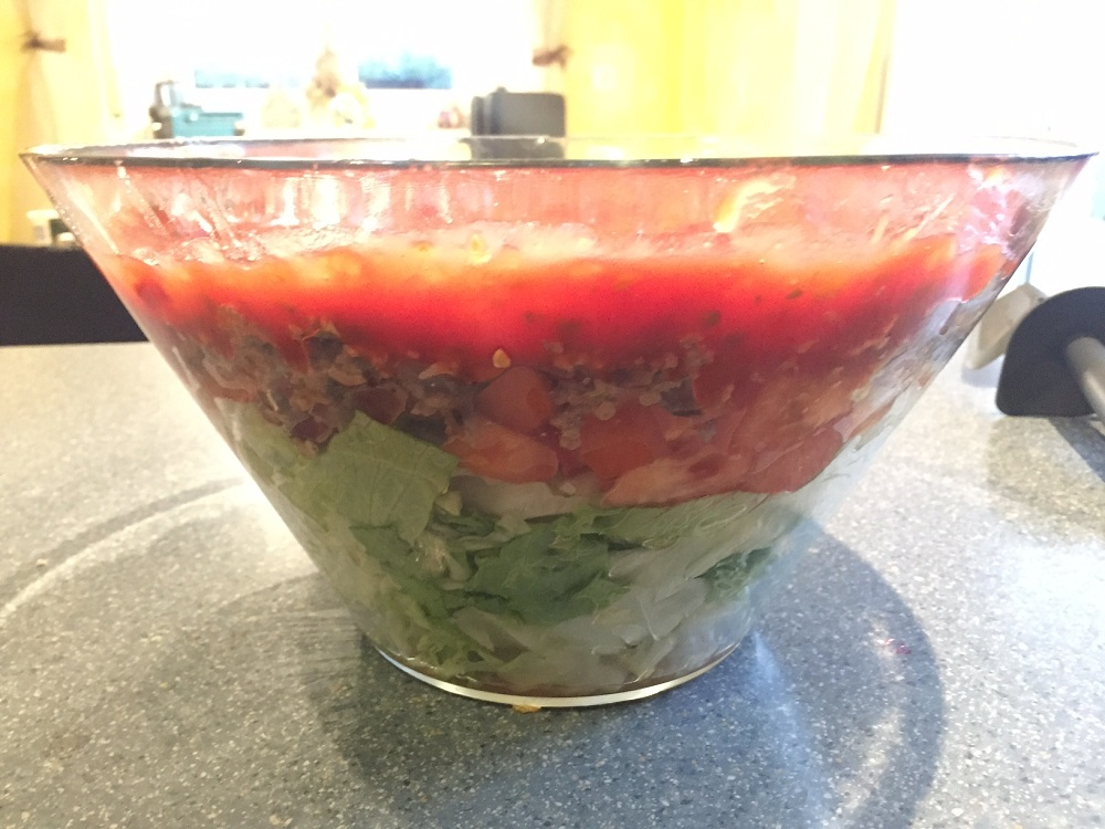 Schichtsalat inkl. der Salsa Sauce. Man kann die Schichten gut erkennen