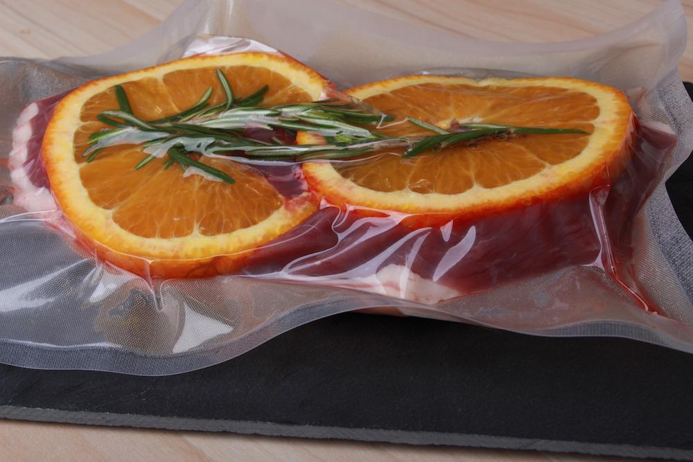 Vakuumierte Entenbrust: Fleischseite mit Rosmarin und Orange