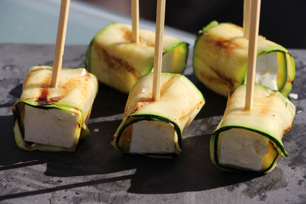 Die fertigen Zucchini-Feta-Röllchen
