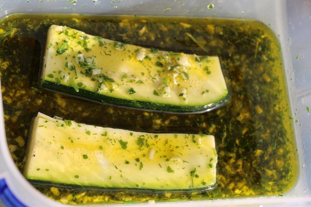 Zucchini in der Olivenöl/Gewürzmischung