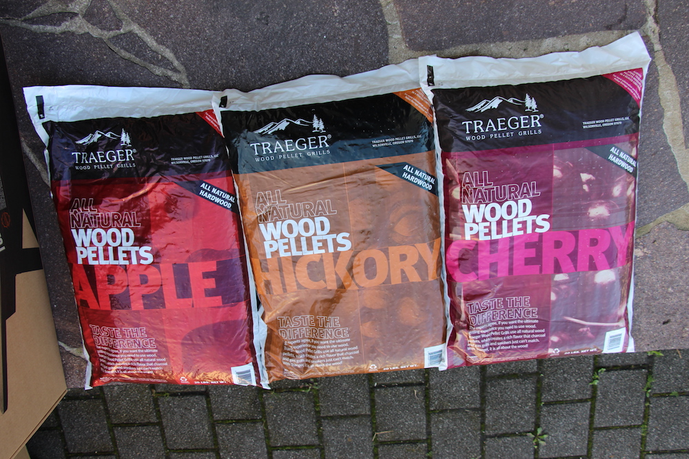 Die 3 Säcke Traeger Hartholzpellets (je 9 kg)