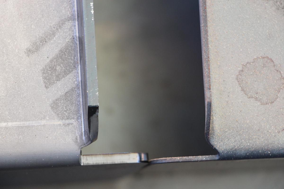 Eine Wucht! Links das 4mm Hitzeblech gegenüber dem Standard-Hitzeblech