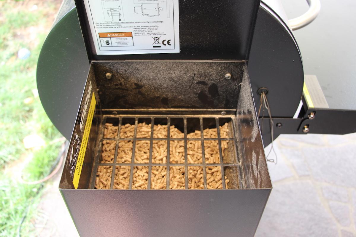 Der Füllstand des Pelletbunkers nach 9 Stunden Smoken bei 107°C.