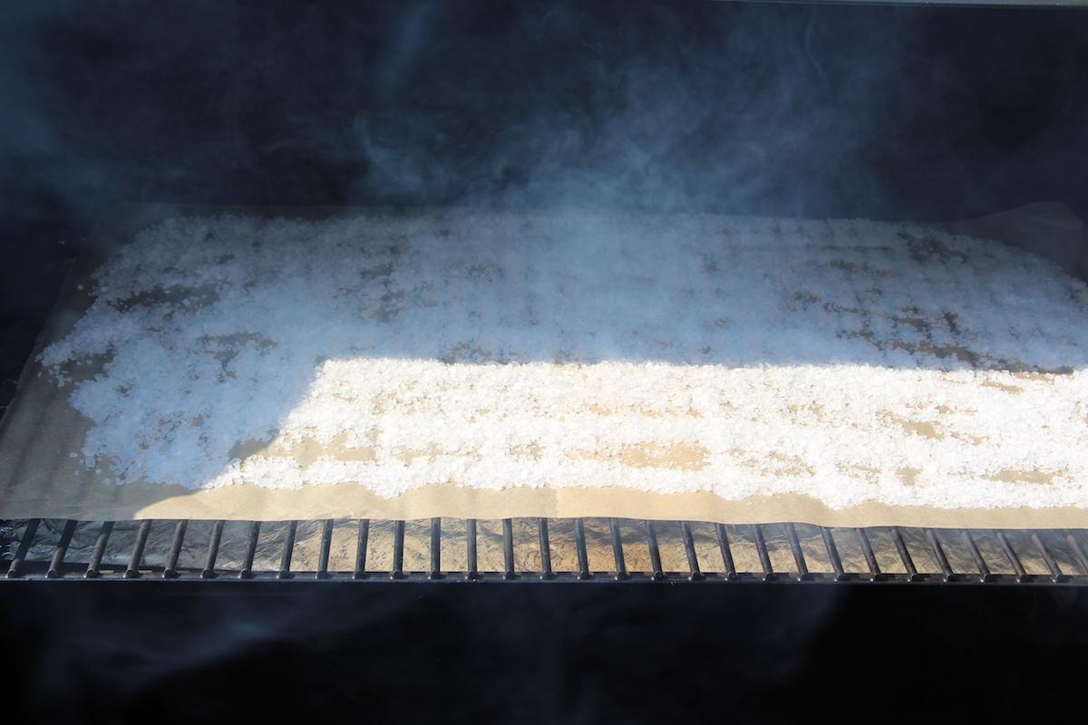 grobes Salz auf Backpapier verteilt