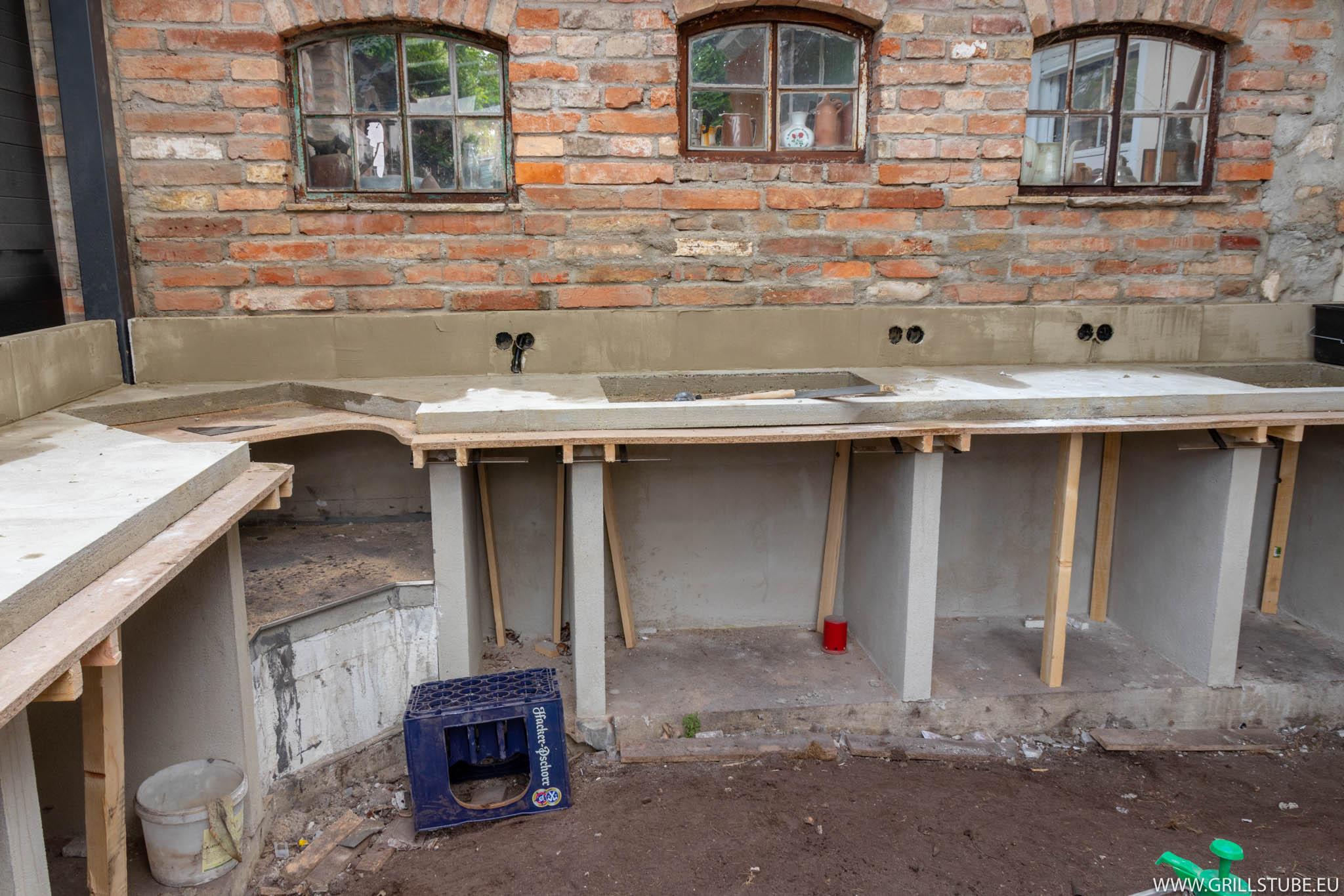 Outdoorküche: Arbeitsplattenrückwand mauern | Andys ...